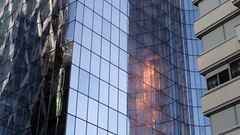 un raggio di luce (Mi che le) Tags: linee curve riflessi reflection ladfenses paris parigi windows finestre
