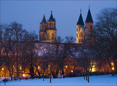 Kloster und Dom im Schnee (Prinz Wilbert) Tags: panorama church abbey skyline architecture night germany lights europa europe cathedral nacht dom illumination kirche magdeburg architektur alemania turm altstadt tyskland convent nuit allemagne nite notte eglise elbe trme germania kloster alemanha duitsland ostdeutschland nachts centraleurope norddeutschland bauten blauestunde mitteleuropa beleuchtet turmspitze saxonyanhalt sachsenanhalt  alemanya almanya niemcy saksa liebfrauenkirche nmetorszg magdeburger nmecko   c  unserliebenfrauen  ostfalen regierungsstrase saintscatherineandmaurice vcija nordostdeutschland ostfalia  groseklosterstrase ynghermaan meideborg