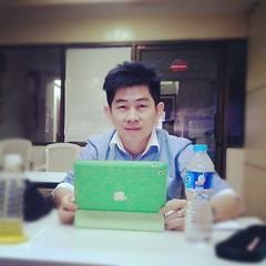 คุณฮุยนักธุรกิจหนุ่มอายุ 35  เจ้าของธุรกิจจำหน่ายจักรอุตสาหกรรม อันดับต้นๆของเมืองไทย กำลังเรียน Social Media Msrketing คติประจำใจคือ ใส่ใจทุกรายละเอียด