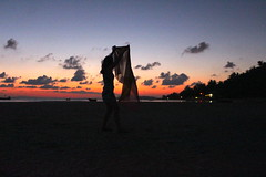 Koh Phangan Sunset (In My Shoes Travel) Tags: sunset beach silhouette canon thailand silhouettes kohphangan beachsunset canon650d canoneos650d