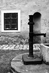 Castle Fountain I. (gambit03) Tags: city bw castle window fountain yard garden blackwhite university fenster courtyard sw universitt zentrum ff hof burg innenstadt vr udvar fontne egyetem ablak schwarzweis kt schlos feketefehr belvros mosonmagyarvr zenter