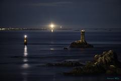 Au bout du monde (Ronan Follic photographies) Tags: france bretagne brittany finistere pointeduraz capsizun nuit lune moon phare lighthouse mer sea seascape rochers rocks
