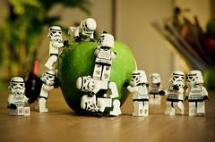 Stormtroopers and the Apple (- yull -) Tags: trooper apple fruit toy starwars nikon lego stormtrooper minifig squad granny grannysmith jouet collector
