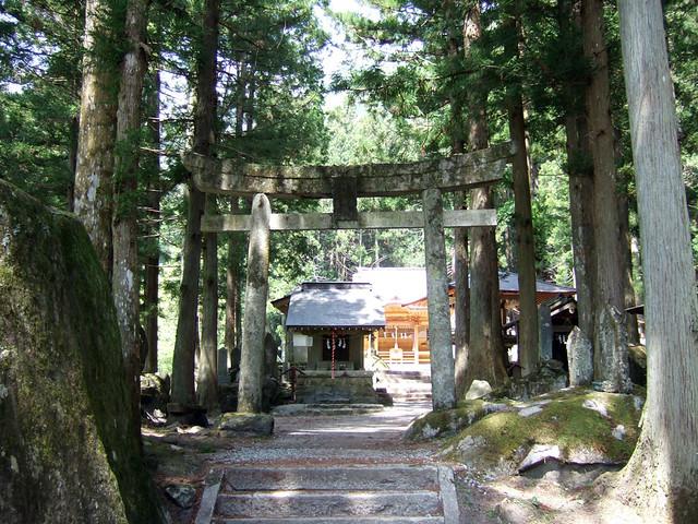登山道に向かう途中で甲斐 駒ケ岳神社が見えてきます。|尾白川渓谷