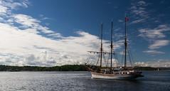 En route vers le large... (J&S.) Tags: norvege oslo mer voilier troismats ciel nuage bteau port croisire large
