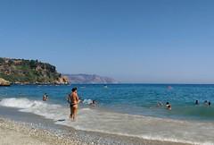 Me meto o no me meto? (gabrielromeroplana) Tags: nerja burriana playa orilla cala acantilado mar arena mlaga bqaquarise54g