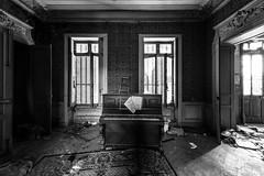 Chateau bonne maman - Piano rtro (www.oliviercretinphotographie.com) Tags: abandon abandonne bw blackandwhite chateau chateaubonnemaman chateaudescls decay decayed desafecte desaffecte explorationurbaine friche instrumentdemusique nb noiretblanc objet piano urbex urbanexploration