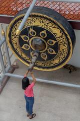 2016/07/20 17h30 gong, Wat Saket (Golden Mount) (Valry Hugotte) Tags: bangkok goldenmount thailand watsaket fille gong temple thalande