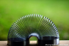 Slinky (Mr. Emagal) Tags: stilllife macro verde green metal canon dark toy iron shoot foto picture idaho slinky gioco scuro naturamorta molla metallo 550d feferro americaorofino usamremagal