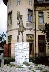 078_Beregszsz_1992 (emzepe) Tags: sculpture monument statue ukraine poet 1992 alexander szobor kirnduls ukraina berehove  nyr oblast emlkm klt petfi  ukrayina jlius sndor ukrajna krptalja szobra regiunea beregszsz zakarpatska zakarpattia beregovo    subcarpatia  szervezett krptaljai o bergsas lampertshaus