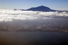 Mar de nubes - El Teide (Tenerife) (osolev) Tags: ocean sea espaa costa clouds plane airplane landscape island coast mar spain aircraft paisaje canarias atlantic nubes tenerife nuages teide canaryislands isla avion vulcano oceano islascanarias atlantico volcan ventanilla atlantique elteide mardenubes osolev