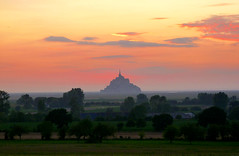 Le Mont Saint Michel (bertanuri) Tags: leica sunset france church night landscape atardecer lumix evening noche cloudy ngc iglesia bretagne paisaje panasonic michel jordi francia nuit sant mont eglise nit normandia claustro bretaa burdeos explored mnico flickraward bertanuri fz45 objetivoexplored