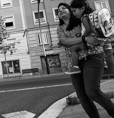 A cuestas (Aroca_Antonio_Cainite62) Tags: bn ricoh streetphotography