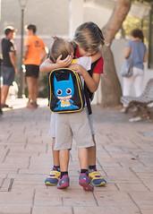 Cada uno a su cole. 76/100. (anajvan) Tags: nios hermanos vueltaalcole juntos abrazo deespaldas rutinas amor
