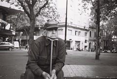 El hombre del bastn (Nando.uy) Tags: nandouy montevideo uruguay calle callejera street sp film analog pelcula rollo ricoh hi color lady grey 400 byn blackandwhite bw retrato candid portrait