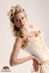 Modelo: Ana Prez (www.jesusroblesfotografo.com) Tags: mujer beige nikon estudio modelo amarillo camel rubia collar escote dorado perlas falda iluminacin fotodeestudio labiosrojos rizado uasrojas uaspintadas cors jessroblesphotography