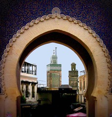 Marokko - Fes, Blick durch das Bab Boujeloud auf das Minarett und die Medina , 6-19/1997 (roba66) Tags: city travel sculpture building monument arquitetura architecture reisen cityscape islam urlaub arc skulptur historic explore morocco fez maroc stadt architektur afrika portal tor bau faade marokko fes fassade historie voyages bogen geschichte stadttor fs nordafrika kulturdenkmal knigsstadt minarett kingdom morocco roba66 acfrica marokko2012