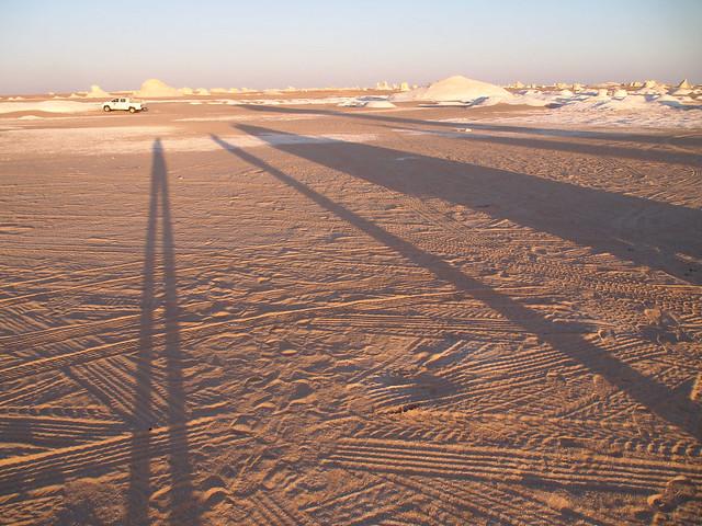 <p>白砂漠のキャンプ地に到着。<br/>こんなに長い影って初めてかも。</p>