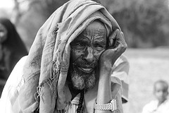 The Garé (Délirante bestiole [la poésie des goupils]) Tags: africa portrait bw man blackwhite thought noiretblanc kenya border somalia afrique garé somalie ethny takaba somalilike