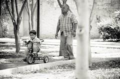 En el parque (Elizabeth Padilla) Tags: park parque blancoynegro 50mm blackwhite pentax nio abuelo triciclo pentaxk5