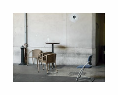 Escale (hlne chantemerle) Tags: btiments divers extrieur fauteuil faades murs photographie photosderue table urbain gris trottoir chaise chair grey wall town