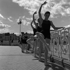 DANTZAREN HILABETEA 2016: BARRA KLASIKO ERAKUSTALDIA, KONTXAN / MES DE LA DANZA 2016: EXHIBICIN DE BARRA CLSICA EN LA BARANDILLA DE LA CONCHA (imanol6x6) Tags: trix 400 kodak 120 6x6 500x500 film bw blackandwhite mediumformat mf nophotoshop rolleiflex trl f28 sansebastian donostia eh street landscape portrait dance