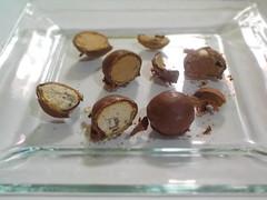 "Chocolates ""Bon o Bon""  (Xic Eseyosoyese (Juan Antonio)) Tags: chocolates bonobon en un plato cuadrado deliciosos arcor bon o chocolate con galleta crocante relleno de crema varios sabores cokiescreme caf cocoa etctera tienda miscelanea nikon coolpix s33"