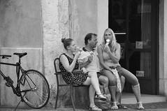 Likken (Ilona67) Tags: italie ijsjes likken familie bankje straatportret straat buiten vakantie zomer