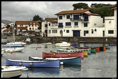 Barcas de colores en Sokoa / Colourful boats at Sokoa (Francia, France) (isiltasuna) Tags: barcas barca sokoa francia colores colours mar sea mer puerto port harbour europa europe baske country basque