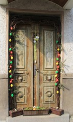Door at Easter (:Linda:) Tags: flower germany easter town lion thuringia ring vase bouquet ostern browndoor flowerbox osterzeit themar blumenstraus braunetr