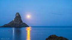 la luna vanitosa si specchia nel mare dei ciclopi (Roberto Fiscella) Tags: robertofiscella nikon sicilia sicily luna scogli mare acitrezza acqua malavoglia