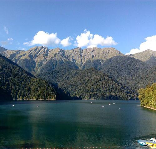 Озеро Рица. Абхазия 🌍  Необыкновенной красоты природа и бирюзового цвета вода. Жаль камера телефона не передаёт всех красок. ---------------------------------------------------------------------------- #озерорица #morozovdmitry #abkhazia #tra