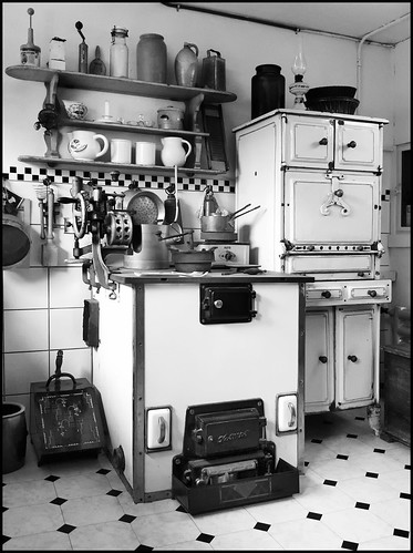 otto haesler @ his private luxury kitchen around 1930