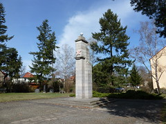 Soviet monument in Oranienburg I (SebastianBerlin) Tags: sculpture friedhof 1948 monument cemetery germany skulptur soviet stele 1945    oberhavel oranienburg ehrenmal  sowjetisches ehrenfriedhof 2013  sowjetischer bernauerstrase  matthiasthesenstrase