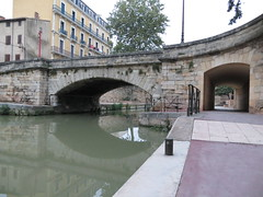 Canal de la Robine, Pont Voltaire, Narbonne (kakov) Tags: narbonne narbona languedocroselln aude southfrance surdefrancia traditionalarchitecture arquitecturatradicional