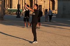 Jardin du Carrousel - Paris (France) (Meteorry) Tags: europe france idf ledefrance paris parispeople candid street rue streetscene jardin park garden parc carrousel jardinducarrousel boy homme guy male tourist young jeune gamin adidas superstar sneakers baskets skets trainers evening soir goldenhour light lumire july 2016 meteorry