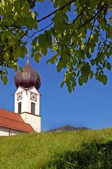 Zugspitzort Grainau - Kath. Kirche Sankt Johannes der Tufer (8) (Pixelteufel) Tags: grainau bayern bavaria alpen urlaub ferien freizeit erholung ruhe tourismus architektur fassade gebude ortsmitte ortskern kirche kirchenarchitektur kirchenfassade kirchturm kirchturmuhr sakralbau gebetshaus religion glaube historisch restauriert erneuert zwiebelturm rasen wiese baum