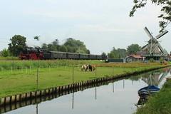 VSM 23 076 en 23 071 met Blokkendoosstam langs de molen in Bovenkarspel (sanfranjake) Tags: bovenkarspel molen trein vsm vsm23071 vsm23076 blokkendoos