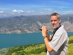 Ben enjoying the breathtaking panorama from Mount Baldo (Bn) Tags: camera summer portrait italy panorama mountain lake holiday alps smile car cheese self trekking garden milk italian topf50 garda rocks europe strada mediterranean italia photographer view cows ben hiking altitude watch cable primo panoramica horloge elevated peaks viewpoint fiore higher walkers mont climate breathtaking malcesine paragliders gardameer baldo 50faves panview 2218m