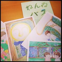 妻の絵本展に向けて、ポストカードとミニ冊子を製作中。なんか楽しい。