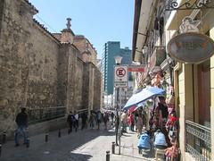 """La Paz: notre rue dans le centre historique <a style=""""margin-left:10px; font-size:0.8em;"""" href=""""http://www.flickr.com/photos/127723101@N04/28568547796/"""" target=""""_blank"""">@flickr</a>"""