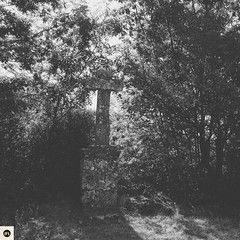 18c2016 (photo & life) Tags: lacouvertoirade france caussedularzac causse larzac square squareformat squarephotography jfl blackandwhite noiretblanc cross croix aveyron tree fujifilm fujinon fujifilmxpro2 fujinonxf18mmf20r photography photolife village europe