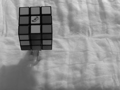 No puedo, con el cubo rubik (Xic Eseyosoyese (Juan Antonio)) Tags: el cubo de rubik es un rompecabezas mecnico tridimensional inventado por escultor y profesor arquitectura hngaro erno en 1974 playmobil tenis algodn rubicks hasbro blanco negro monocromtico canon powershot sx170 is juego juguete juguetes eseyosoyese