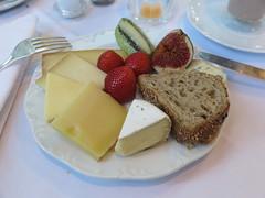 Kse und Obst (vom Frhstcksbuffet im Hotel Schatzmann, Triesen, Liechtenstein) (multipel_bleiben) Tags: essen frhstck gastronomie obst kse