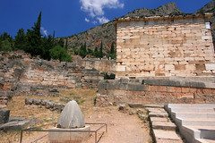 Le centre de l'univers ... (calabrese) Tags: europa europe cit delphi greece grce delphes vestiges citlgendaire