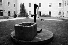 Castle Fountain II. (gambit03) Tags: city windows bw castle fountain yard garden blackwhite university courtyard sw universitt fenstern zentrum ff hof burg innenstadt vr udvar fontne egyetem schwarzweis kt schlos feketefehr belvros mosonmagyarvr zenter ablakok