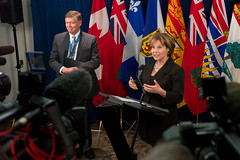 Premier/première ministre Clark speaks to media/parle aux médias