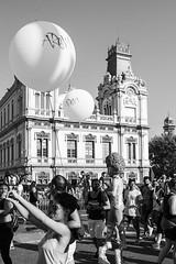 (Víctor Méndez (VM FotoVisual)) Tags: vmfotovisual vmfotovisualstreet streetphotography fotografíacallejera blackandwhite blancoynegro edificio globos gente evento building balloons people event pride canon600d barcelona