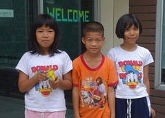 welcome children (the foreign photographer - ) Tags: dscaug142016sony three children welcome sign khlong bang bua lard phrao portraits bangkhen bangkok thailand sony rx100