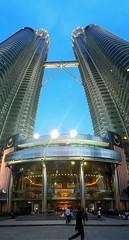 De paso (Bonsailara1) Tags: bonsailara1 kualalumpur malaysia malasia twintowers petronas skyscraper highrise skybridge evening twilight